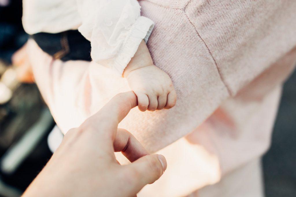 手を握る子ども
