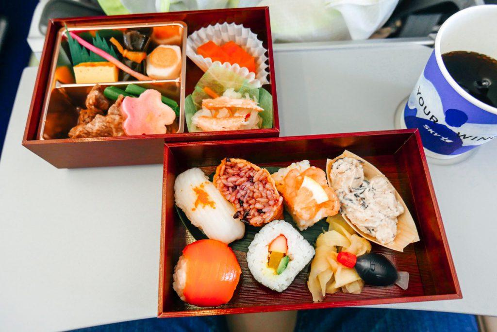 スカイマークの機内食はなんとお重に入ったお寿司