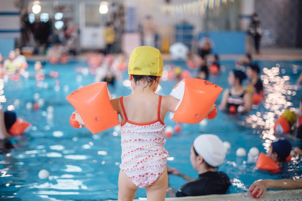 親子プールに参加する2歳8ヶ月の娘